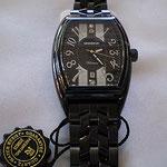 モノトーンの色合いがオシャレな腕時計