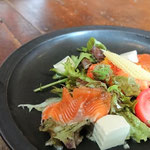 初夏のサラダ:パンツァネッラを中央にビワマスのマリネ、塩麹豆腐を散らして 塩麹に漬けた絹ごし豆腐は良い塩梅