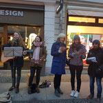 Singen auf dem Weihnachtsmarkt für den guten Zweck