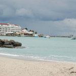 St. Maarten am 16. Dezember 2010 mit blauem Wasser und weißem Strand
