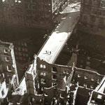 Vom Turm der Nikolaikirche 1943 nach dem Bombenangriff der Engländer. Aufgenommen von ausgestellten Fotos auf der Aussichtsplattform.