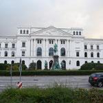 Das Altonaer Rathaus war früher ein Bahnhof