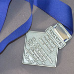 Auf der Rückseite der Medaille die drei Veranstaltungen des Laufcups