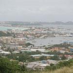 Im Hintergrund der Flughafen von St. Maarten