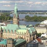 Hamburg ... 2013 ... das Rathaus mit Binnen- und Außenalster.