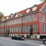 An dem westlichen Stück der Palmaille ließ der Kaufmann Dulz 1797 vier vornehme Reihenhäuser errichten, die zur Vermietung vorgesehen waren. Die Zeile zeigt anschaulich die noble Backsteinarchitektur des ausgehenden 18. Jahrhunderts