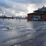 Rechts die Fischauktionshalle, links der Blick auf die Elbe