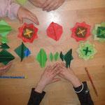 dreiteiliger Origami-Kreisel und Grashüpfer (traditionelle Modelle)
