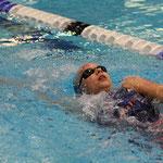 Jana beim Rückenschwimmen