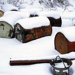 Fässer im Schnee