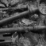 Alte Schlüssel und handgeschmiedeter alter Nagel