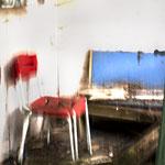 Roter Stuhl mit Sitzbank