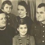 die Kunz-Familie 1943, Mutter Apolonia (Aplone), Töchter Ursula und HIlde, deren Tante Katharina (Käthl) u. Franz auf Urlaub