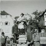Fleißige Helfer waren notwendig um die Statue unversehrt abzubauen, zu verladen und zu transportieren. Wer kennt die Gesichter, wer kennt ihre Namen... Rechts das alte Rathaus, im Hintergrund Haus Wildemann.