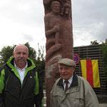 Gerhard Bullinger und Eugen Heinzler vor der Statue