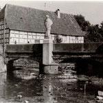 """Die ehemalige Totenbrücke am Zusammenfluss von Waldprechts- und Kaufmannsbrunnenbach. Hier fand """"Sankt Hannes"""" im Jahre 1941 wohl seinen schönsten Platz im Dorf."""