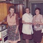 Anna Hitscherich und fleißige Küchenhelferinnen