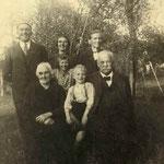 sitzend: Stefanie Kunz, ein Enkel, Hermann Kunz; tehend: Herbert Kunz, Laura Hartmann, geb. Kunz, Luise Hofmann