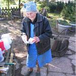 Valerie Stanzl am 7. April 2006 vor ihrer  Wohnbaracke im Bruch