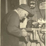 Der Meister an der Ausputzmaschine 1959