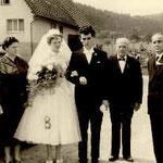 Karl Wildemann, s'Schnitzmännl (2.v.re) anlässlich der Hochzeit seines Sohnes Helmut mit Brigitte, geb. Hermann (1959)