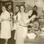 Anna Hitscherich und fleißigeKüchenhelferinnen