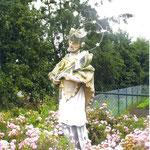 Nepomuk, auf Rosen gebettet. Von der Dorfmitte auf die grüne Wiese. Seinen vorerst letzten Standort fand er bis zu seinem Abbau 2011, am Federbach - abseits