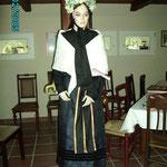 Alte Hochzeitstracht, wie sie in den Moordörfern getragen wurde