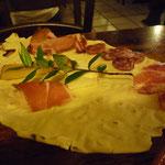 サルデーニャ伝統のパン「カラザウ」に前菜をのせて