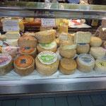 市場に並ぶチーズ