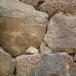 ヌラーゲは石を組んで作られた建造物