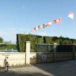 Auch die Schweizer Fahne weht im Wind