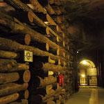 Mit Holz werden die Wände gestützt
