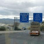 Strassen en masse. Autobahn mit und ohne Maut verlaufen parallel.Welchen Nutzen soll es haben? Wer profitiert von solchem Unsinn?