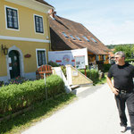 """Alois vor dem """"Heldenhaus"""""""