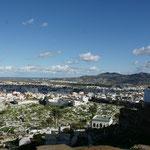 Blick auf die alte Stadt. Unten wieder der Friedhof. Das Meer im Hintergrund