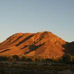 Vor dem Berg in der Oase befindet sich unser Campingplatz