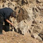 Alois beim Steineklopfen