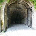 Ein Stollensystem im Berg ( Länge über 6 km) diente im zweiten Weltkrieg über 40000 Menschen als Luftschutzbunker