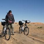 Mal muss das Fahrrad auch gestossen werden in Merzouga