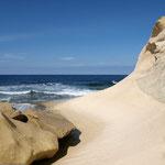 Die Felsen sehen aus wie versteinerte Sanddünen