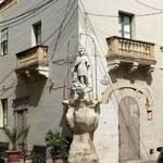 an vielen Häusern findet man solche Heiligenfiguren