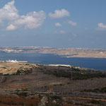Blick vom Höhenzug auf den Fährhafen Cirkewwa und die Insel Gozo