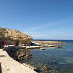 In Marsalforn kann man mit dem Auto bis ans Meer fahren. Dies nutzen die vielen Tauchschulen