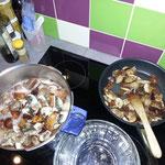 Cuisson des pâtes, lardons et oignons
