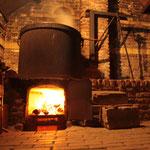 de koperen ketel op het houtvuur