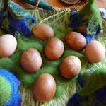 Eier in Rote Beete- Farben auf dem Ostertisch