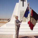 Blandine BONGRAND SAINT HILLIER porte le drapeau de la Fondation devant la stèle à BIR HAKEIM