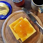 Cheddar mit Pomeranzenmarmelade und gesalzener Butter