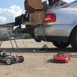 Der Fahrerstand mobil, direkt zum ausziehen im Kofferraum und davor der Buggy und der Ferrari am Sportplatz in Jengen.